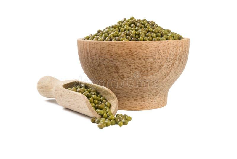 Mung ή Mungo φασόλι στο ξύλινο κύπελλο και σέσουλα που απομονώνεται στο άσπρο υπόβαθρο διατροφή βιο Φυσικό συστατικό τροφίμων στοκ φωτογραφίες