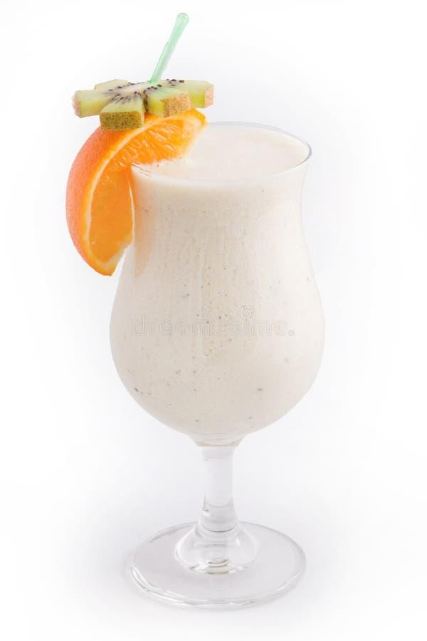 Munga il cocktail con i frutti, il kiwi della fetta e l'arancia immagine stock