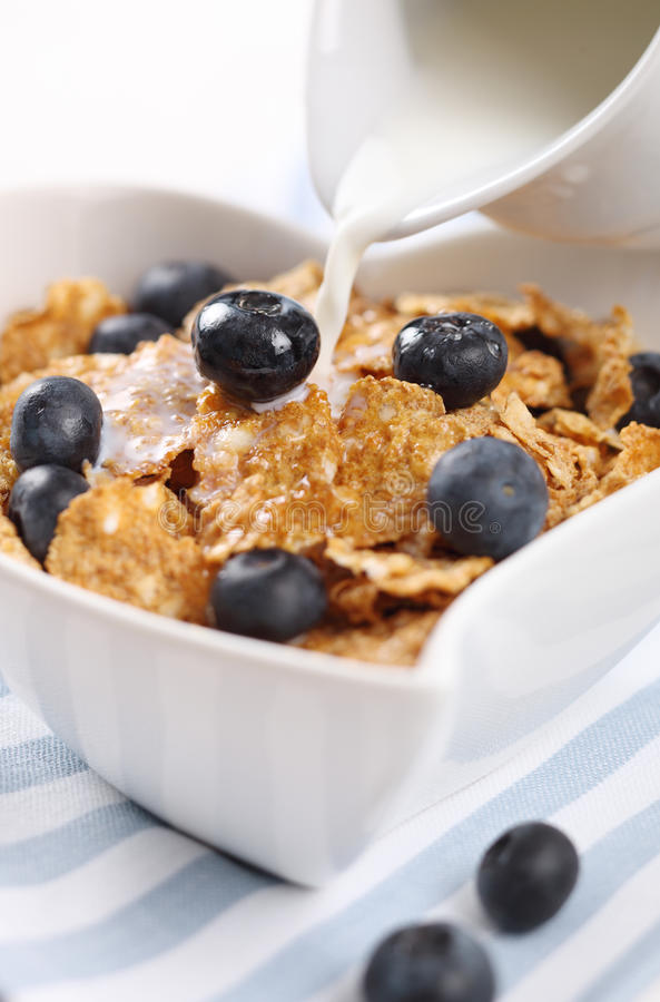 Munga il versamento in cereale immagine stock