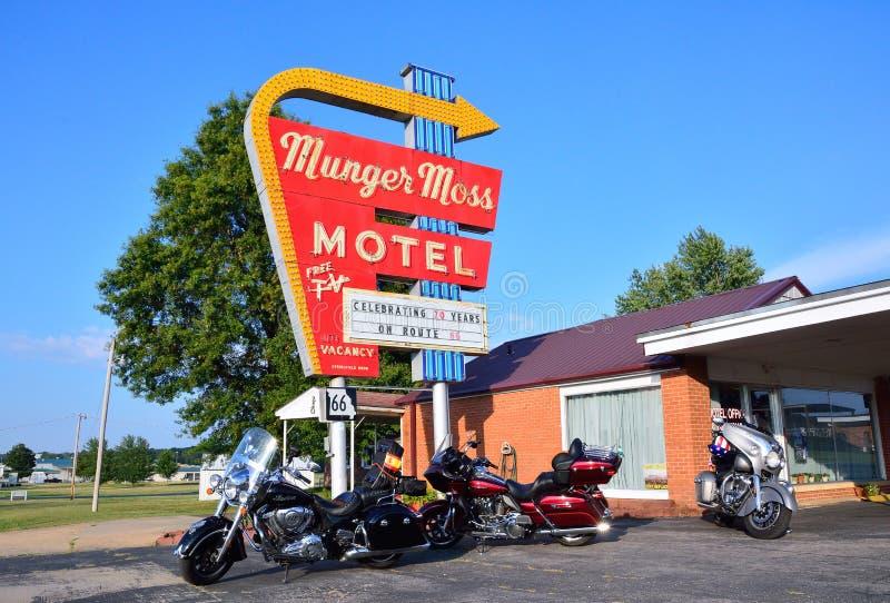 Munger Moss Motel und Weinleseleuchtreklame lizenzfreies stockfoto