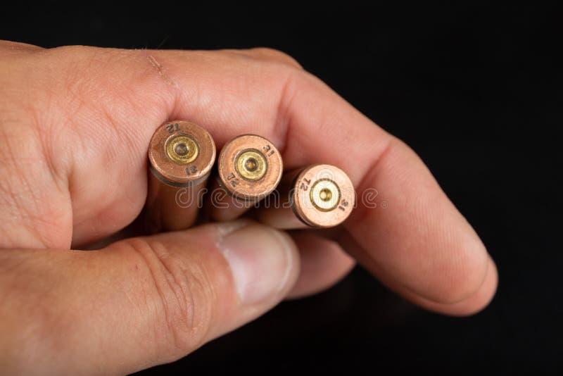 Munição de um rifle do rápido-fogo realizado na palma de sua mão Cartuchos para um rifle militar imagens de stock