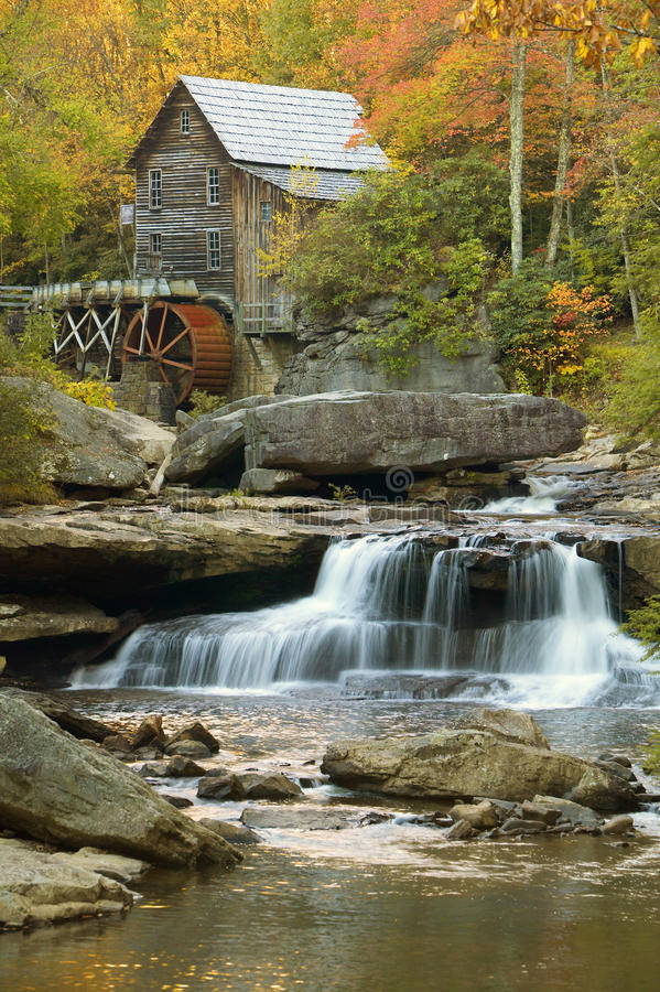 A munição mil. da angra da clareira e as reflexões e a água do outono caem no parque estadual Babcock, WV imagens de stock royalty free