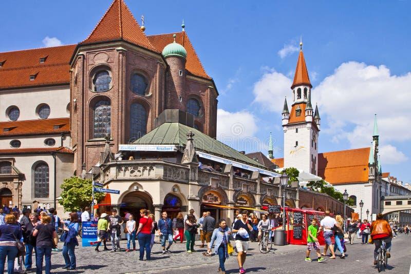 Munich Alemanha - arquitetura da cidade com a abside da igreja de St Peter e o ci velho imagem de stock royalty free