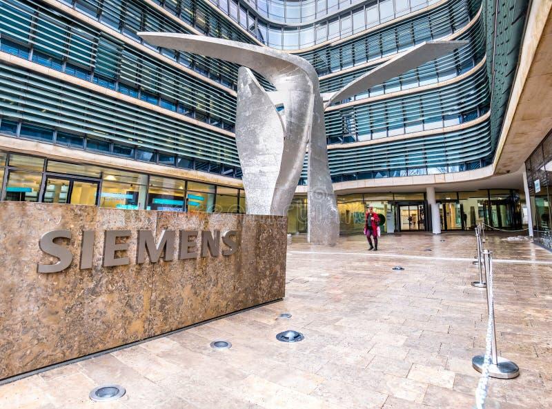 Munich, Alemanha - 16 de fevereiro de 2018: A construção nova da sede de Siemens é colocada na cidade de Munich imagens de stock royalty free