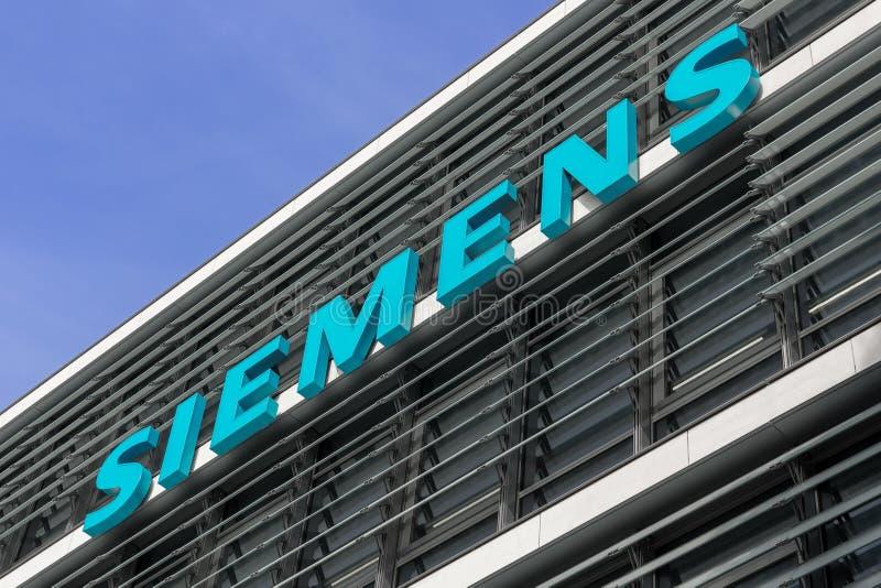 Munich, Alemanha - 6 de junho de 2017: O logotipo da empresa no exterior de Siemens sedia foto de stock royalty free