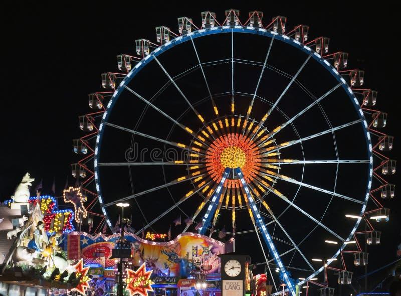 MUNICH, ALEMANHA - 1º DE OUTUBRO: Vista do Oktoberfest em Munich, Alemanha na noite o 1º de outubro de 2014 L imagem de stock royalty free