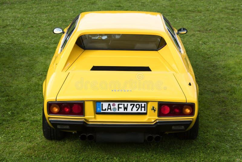 Munich, Alemanha - 19 de setembro de 2015: Uma vista traseira de um carro 1975 clássico amarelo dos esportes GT4 de Ferrari Dino  imagem de stock