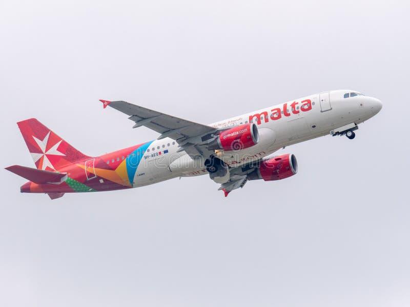 Munich, Alemanha/Gemany 16 de maio de 2019: Jato 9H-AEQ da linha aérea de Malta que decola no aeroporto MUC do muich fotografia de stock