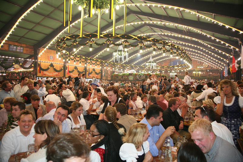 MUNICH, ALEMANHA - OUTUBRO 16: Oktoberfest fotografia de stock royalty free