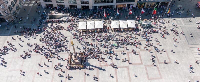 MUNICH, Alemania - 5 de mayo de 2018: La vista aérea del top del centro de ciudad de Munich, Marienplatz, con la gente aprieta la fotos de archivo