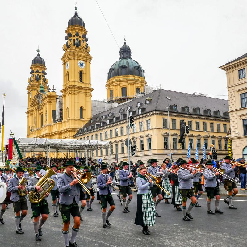 MUNICH, Alemania - 17 de septiembre de 2017: Desfile de la abertura de Octoberfest, con los músicos tradicionales y el paisaje ur imágenes de archivo libres de regalías
