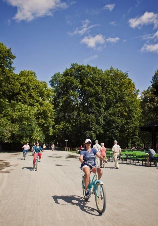 Munich, Alemania - montar una bici en Englischer Garten imágenes de archivo libres de regalías