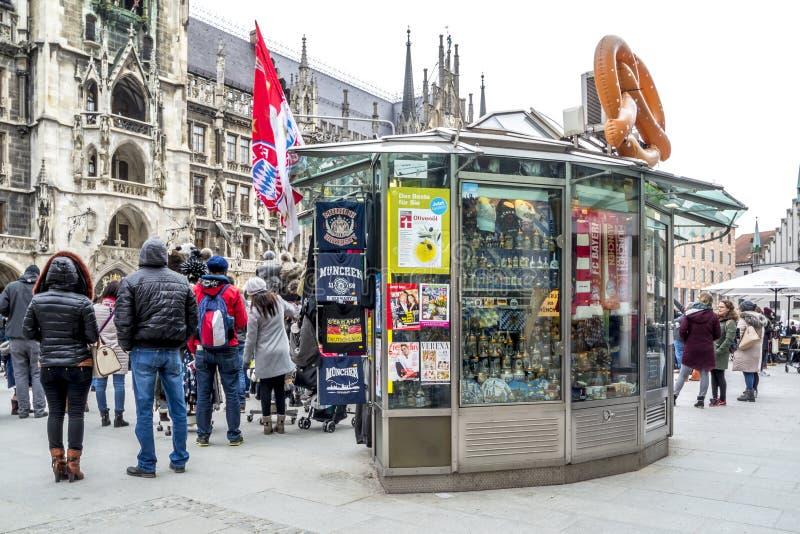 Munich, Allemagne - 15 février 2018 : Boutique de souvenirs vendant la substance sur le Th Marienplatz photo stock