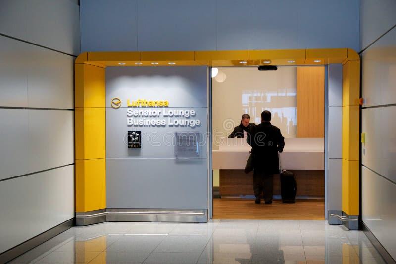 MUNICH, ALLEMAGNE - 21 janvier 2017 : intérieur d'aéroport, entrée de salon de sénateur de Lufthansa d'aéroport avec la vérificat photos stock