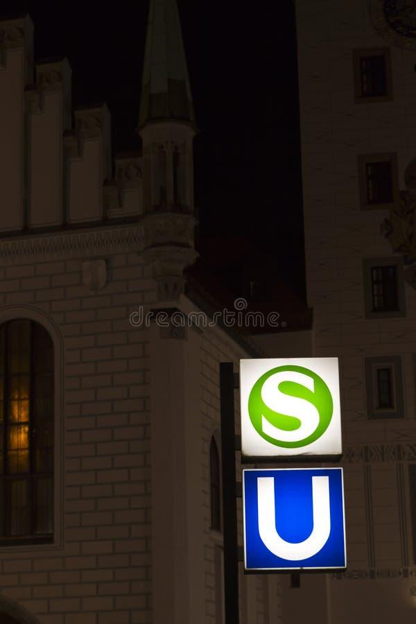 Munich au fond/signes de métro la nuit image stock
