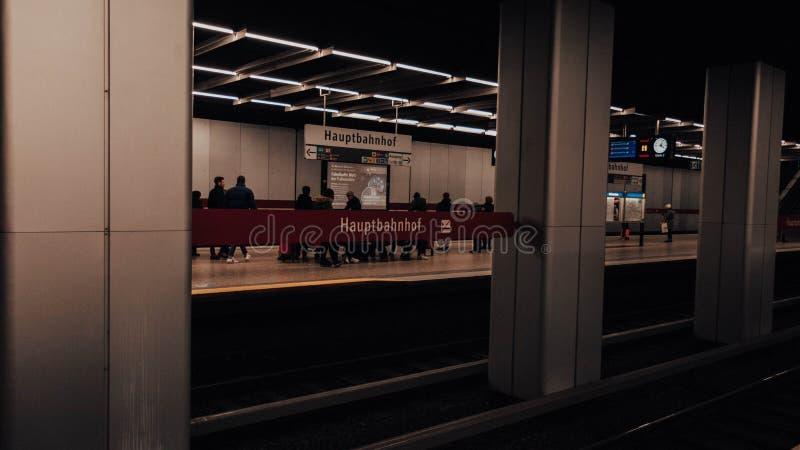 Munich au fond sur la station principale photos stock