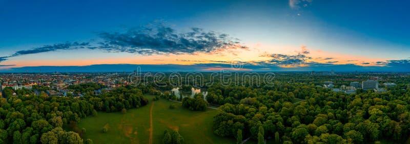 Munich, Bavière Aéroport panoramique d'un beau lever de soleil dans le Garten Englischer, un parc populaire aux couleurs de l'aub images stock