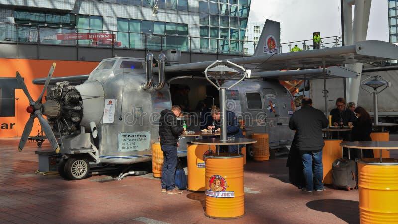 MUNICH, BAVIERA, ALEMANHA - 13 DE MARÇO DE 2019: Alimento da rua de um caminhão temático no aeroporto imagens de stock