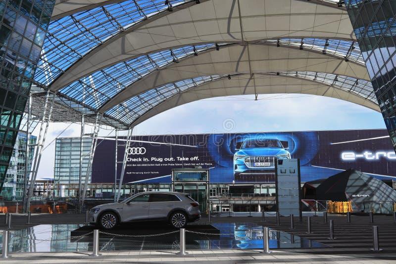 MUNICH, BAVIERA, ALEMANHA - 13 DE MARÇO DE 2019: Apresentação de Audi brandnew e-Tron, um cruzamento luxuoso compacto SUV fotos de stock royalty free