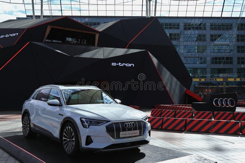 MUNICH, BAVIERA, ALEMANHA - 13 DE MARÇO DE 2019: Audi e-Tron, um carro inteiramente elétrico, na exposição no MAC do centro do ae imagens de stock