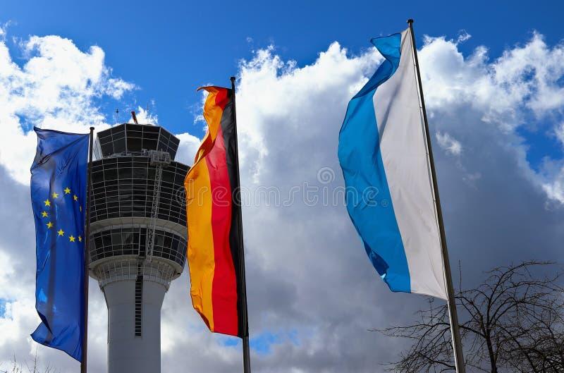 MUNICH, BAVIERA, ALEMANHA - 13 DE MARÇO DE 2019: Bandeiras no aeroporto de Munich fotos de stock