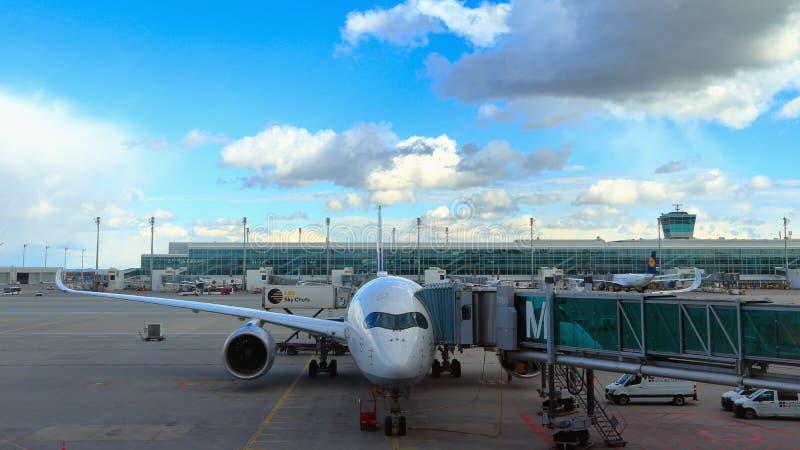 MUNICH, BAVIERA, ALEMANHA - 13 DE MARÇO DE 2019: Lufthansa bimotor Airbus A350-900 Bochum no aeroporto de Munich fotografia de stock royalty free