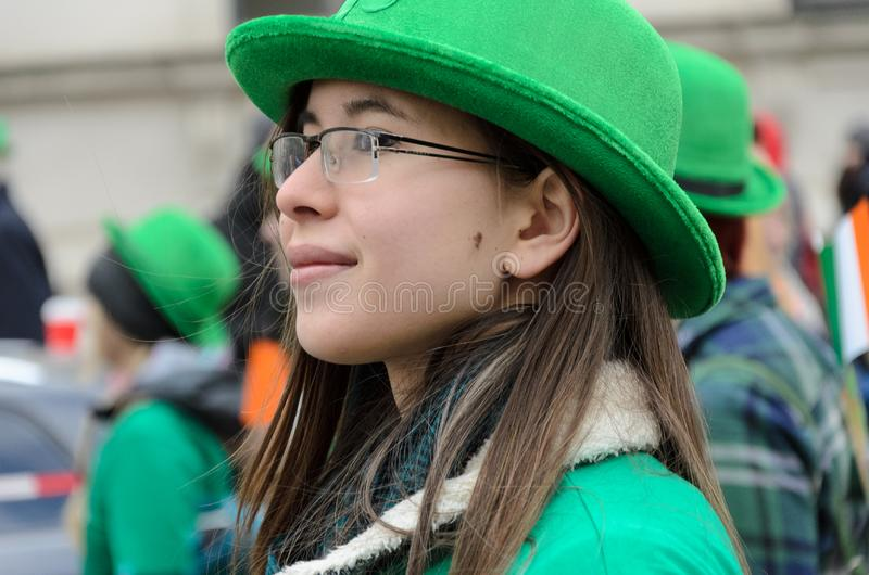 MUNICH BAYERN, TYSKLAND - MARS 13, 2016: Slutet upp på ung nätt kvinna med den gröna hatten på dagen för St Patrick ` s ståtar royaltyfri bild
