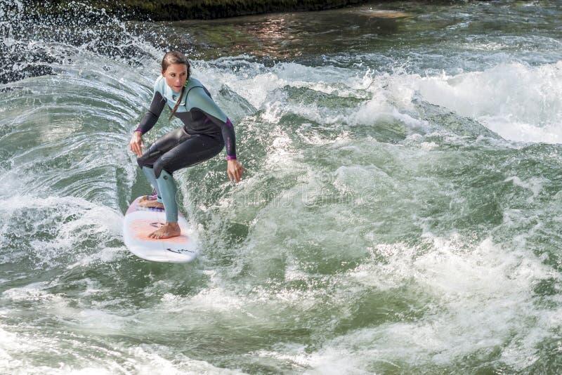 MUNICH - 8 DE AGOSTO: Um surfista fêmea não identificado trabalha a onda na ressaca & no estilo 8 de agosto de 2015 em Munich foto de stock royalty free