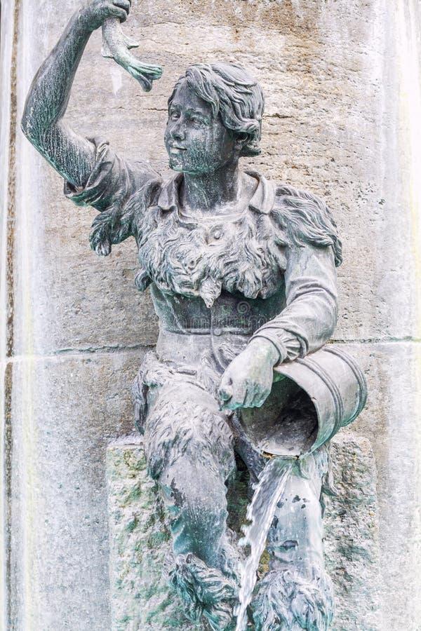 Munich, Genmania, 08/20/2015: Estátua na fachada da construção Close-up fotografia de stock royalty free