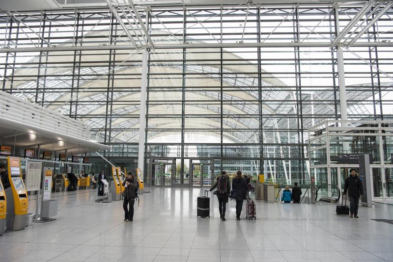 Munich internationell flygplats, avvikelsekorridor royaltyfria foton