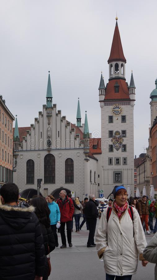 Munich Marienplatz Bayern gammal stadshuswatchtower arkivbild