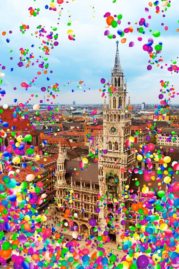 Munich, Marienplatz och townhall med luftballonger royaltyfria bilder