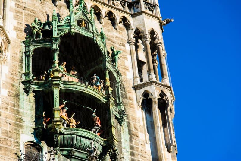 Munich Rathaus Glockenspiel i handling på dag i Tyskland royaltyfria bilder