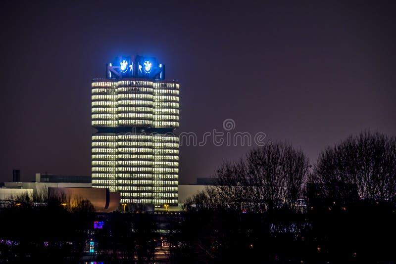 Munich Tyskland - Februari 15 2018: BMW högkvarteren ser som 4 cylinder och också namngett efter den arkivbilder