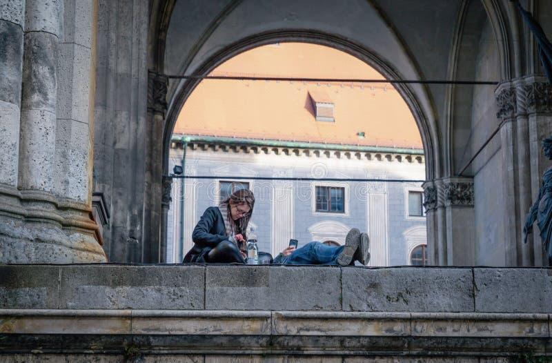 Munich Tyskland Februari 17, 2019 Koppla ihop genom att använda grejer på arkitekturbakgrunden royaltyfri fotografi