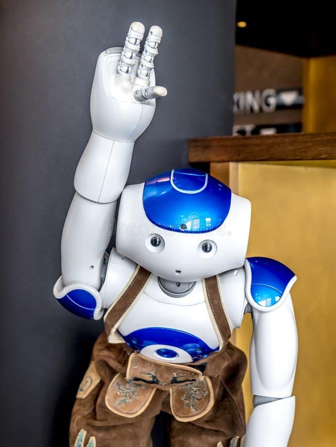 Munich Tyskland - Februari 16 2018: Roboten för världs` s första i läderbyxa är den välkomnande gästen på motellet ett arkivfoto