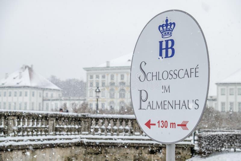 Munich Tyskland - Februari 17 2018: Slott Nymphenburg under snöstormen - översättning: Slottkaffe i royaltyfri bild