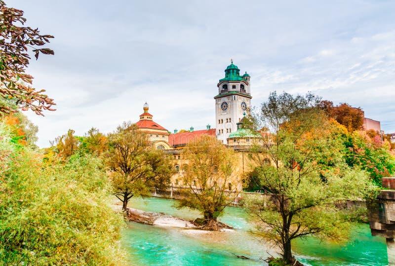 Munich Tyskland - höstsikt av den Isar floden med Muellerschen arkivfoton