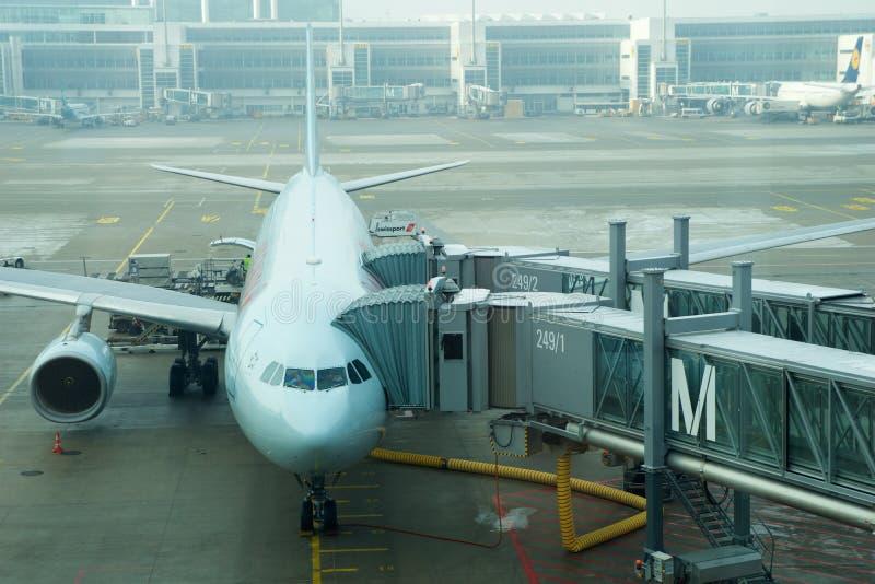 MUNICH TYSKLAND - JANUARI 21st, 2017: Air Canada flygbuss A330 på porten i MUC Air Canada är flaggabäraren och störst royaltyfria foton