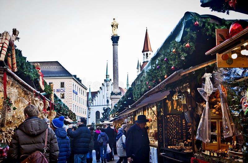 Munich Tyskland - jul marknadsför i Marienplatz royaltyfri fotografi