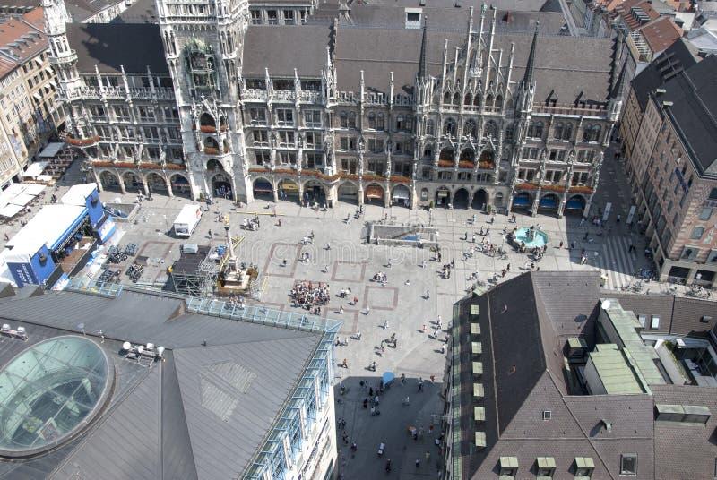 Munich Tyskland-Juli 08: Marienplatz folkmassa uppifrån i Munic royaltyfri bild