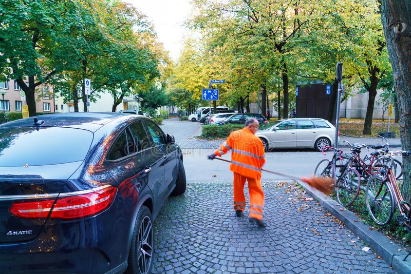 Munich Tyskland - Oktober 16, 2017: Dörrvakten i orange unifor arkivfoton