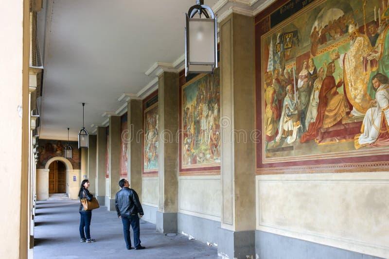 Munich Tyskland - Oktober 16, 2011: Turister som besöker gallerit i Hofgarten royaltyfri foto
