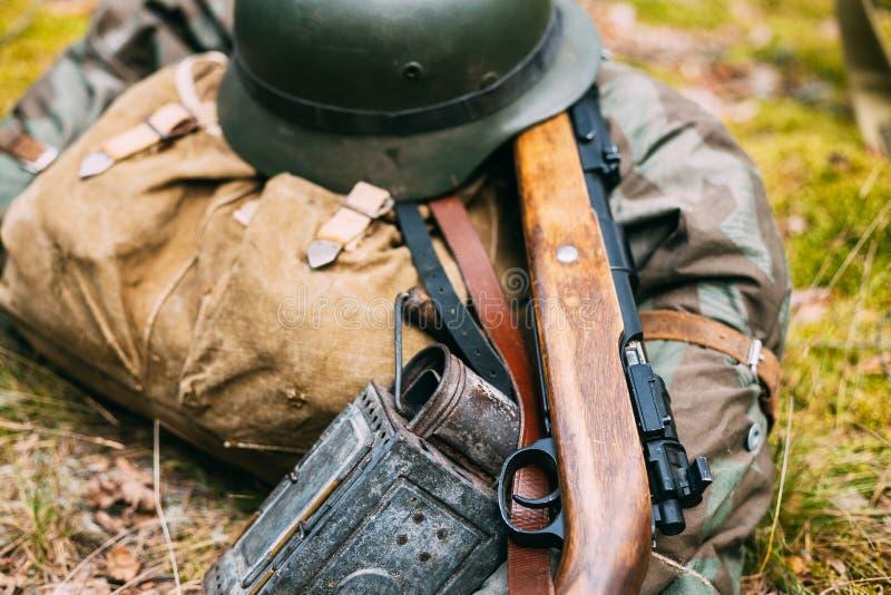Munición alemana de la Segunda Guerra Mundial en la tierra Casco militar, Li foto de archivo
