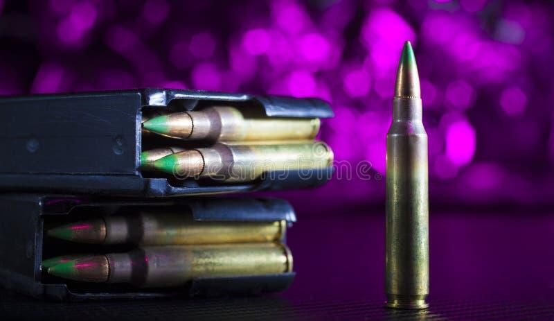 Munición AR-15 en púrpura imagen de archivo libre de regalías