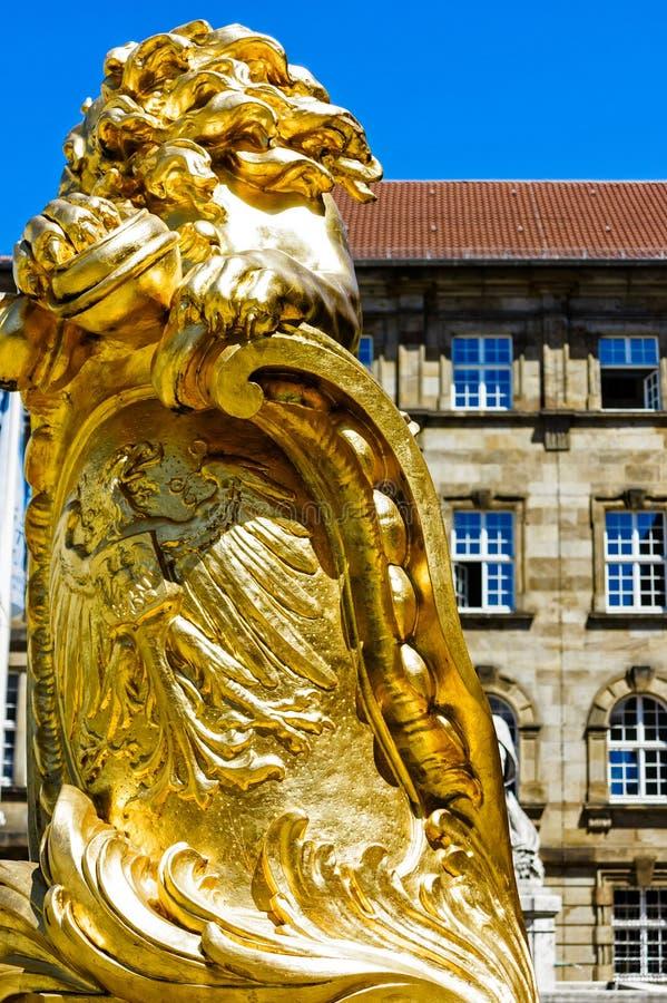 Municipio del ` s di Cassel il grande, fronteggiato da due leoni dorati colpenti, è stato inaugurato nel 1909, con la sezione ant fotografie stock