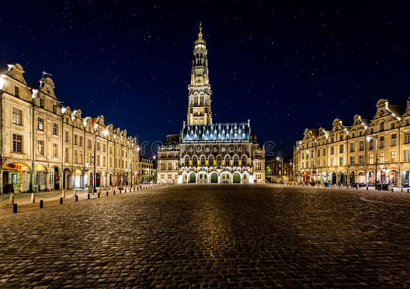Municipio di arazzo, campanile e eroi del DES del posto alla notte con il cielo stellato fotografia stock