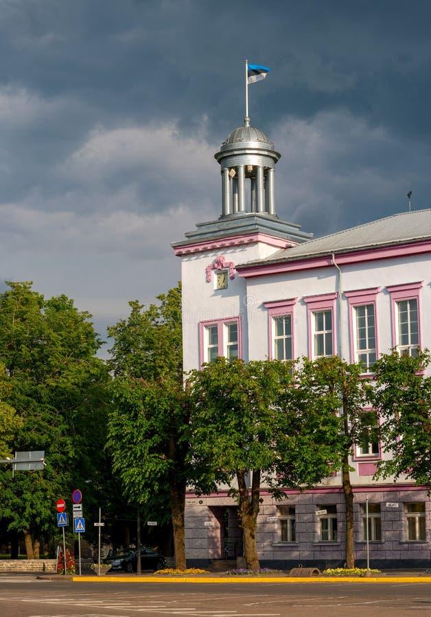 Municipio di Narva L'Estonia La bandiera dell'Estonia fluttua sopra la torre del mayoralty La città di Narva è sul fotografie stock libere da diritti