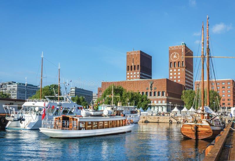 Municipio di Oslo dal mare, Oslo, Norvegia immagini stock libere da diritti