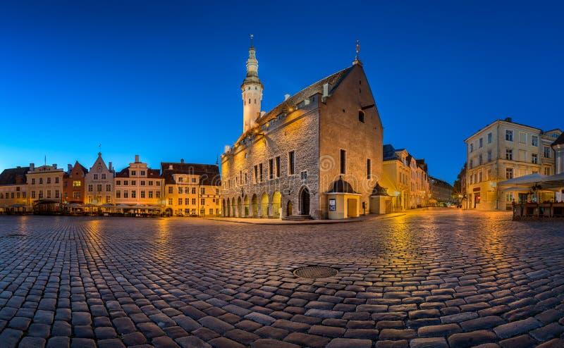 Municipio di Tallinn e quadrato di Raekoja di mattina, Tallinn immagine stock libera da diritti